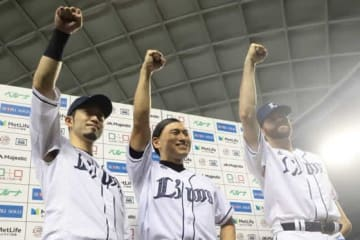 始球式に登場した春日俊彰さんとポーズをとる西武・外崎修汰(左)とザック・ニール(右)【写真:荒川祐史】