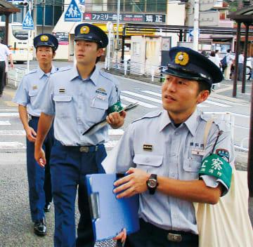 繁華街を査察する署員ら(緑消防署提供)