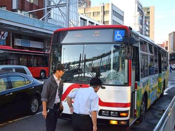 男性が路線バスにはねられた事故現場=18日午後4時48分、岐阜市神田町