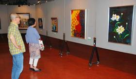 会員らによる絵画、陶芸が並ぶ第52回白美展