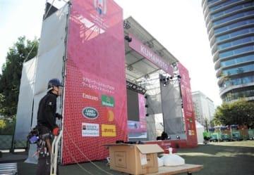 ファンゾーンで試合を中継する大型スクリーン。右奥は商業施設「サクラマチ クマモト」=18日、熊本市中央区
