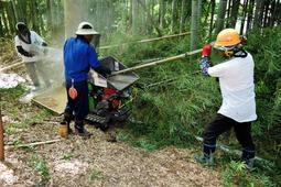 破砕機に竹を投入して「竹パウダー」を作る作業=三田市木器