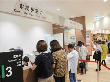 大型商業施設「サクラマチ クマモト」内の定期券窓口に並ぶバス利用客=18日、熊本市中央区