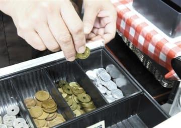 食堂のレジに用意されている1円玉や5円玉=18日、熊本市中央区
