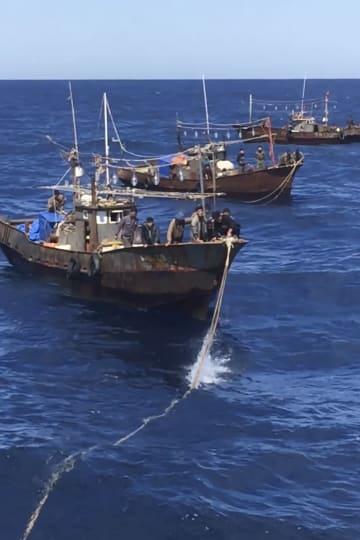 ロシア当局が日本海で拘束した北朝鮮の密漁者だとして公開した動画=18日(タス=共同)