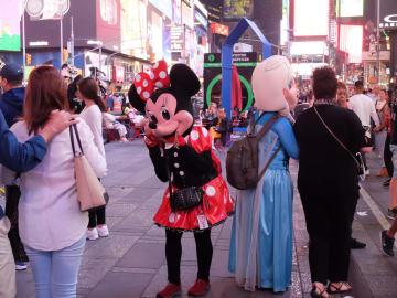 記念撮影して観光客に喜ばれているがトラブルも(15日夜タイムズスクエアで、写真・三浦良一)
