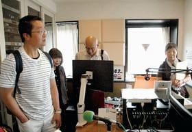スタジオを見学し、FMびゅーに理解を深める学生ら