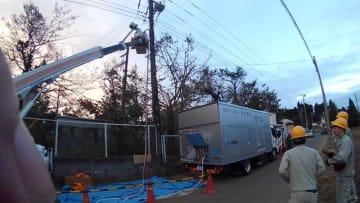 千葉で停電の復旧作業にあたる沖縄電力職員ら=15日、千葉県内(沖縄電力提供)