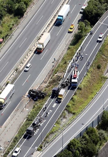 広島高速1号から山陽自動車道下り線へのランプで横転したタンクローリー(中央)。左側が山陽自動車道、右側が広島高速1号=19日午前10時38分(撮影・安部慶彦)