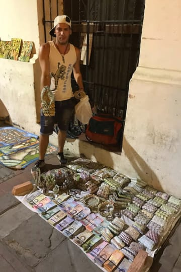 ベネズエラに近いコロンビアの街サンタマルタでは、ハイパーインフレで紙切れ同然になったベネズエラ紙幣で財布などをつくり、売っている避難民の姿があった【写真:福岡吉央】