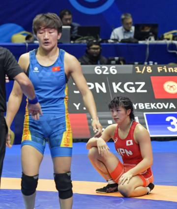 女子62キロ級3回戦 キルギス選手(左)に敗れた川井友香子=ヌルスルタン(共同)