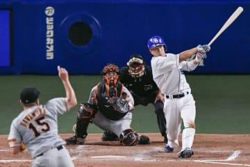 8回中日2死三塁、福田が左翼線に勝ち越し二塁打を放つ。投手沢村、捕手大城=ナゴヤドーム