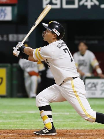 8回ソフトバンク1死二、三塁、中村晃が勝ち越しの右犠飛を放つ=ヤフオクドーム