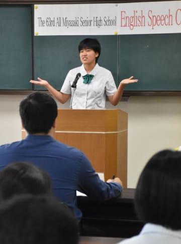 豊かな表現力でスピーチする高校生=19日午前、宮崎市・県立図書館