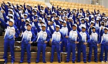 ガンバローコールで気勢を上げる岡山県選手団=ジップアリーナ岡山