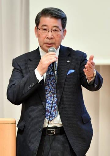 世界と日本の水環境問題について講演した吉村和就さん=19日午後、宮崎市・宮崎観光ホテル