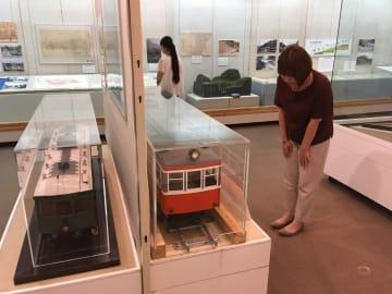 車両の模型なども展示して箱根登山鉄道の歩みを紹介する企画展=箱根町湯本の町立郷土資料館