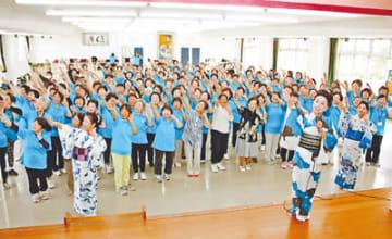 花柳松香さん(手前右)の指導で踊りを練習する参加者