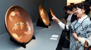 面象嵌の大皿などが並ぶ「陶藝の巨匠 今井政之展」