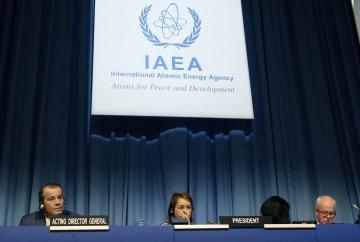 19日、IAEA年次総会で壇上に座るフェルータ事務局長代行(左)ら=ウィーン(共同)