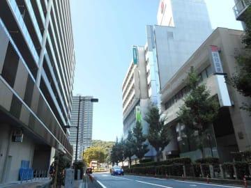 滋賀県内で最も地価が高かったJR大津駅近くの商業地(右手前)。通りの反対側では高層マンションの建設が進む=大津市