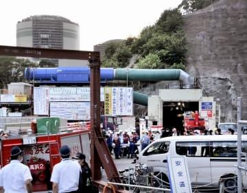 作業員9人が救急搬送された高浜原発敷地内のトンネル周辺=9月19日午後5時50分ごろ、福井県高浜町田ノ浦