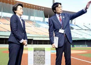 県の担当者から球場の改修状況について説明を受ける橋本五輪相(左