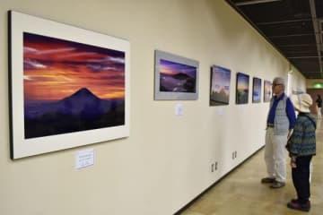 【富士山を撮影した作品が並ぶ会場=津市西丸之内の津リージョンプラザ3階展示室で】