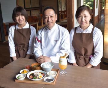シチューとパフェをPRする、「六雁」の秋山能久総料理長(中央)と店員=高萩市上手綱