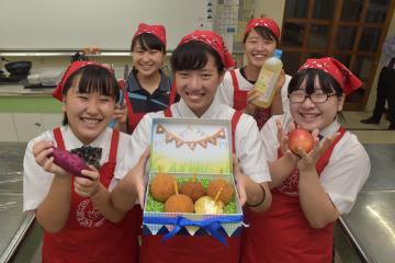 リンゴやサツマイモを用いた「AIRYUコロッケ」で初出店する愛国学園大付属龍ケ崎高の生徒たち=龍ケ崎市若柴町