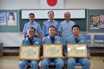 感謝状を贈られた(前列左から)喜屋武盛男さん、比嘉幹弘さん、新城貴進さん=17日、名護署