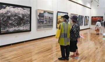 具象画の大作が並ぶ第85回記念東光展の会場=熊本市中央区