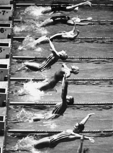 東京五輪の競泳女子100メートル背泳ぎ決勝で一斉にスタートする選手たち。7コース(上から2人目)が田中聡子=1964年10月14日、国立屋内総合競技場