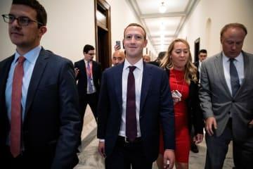 ワシントンの米議会内を面会のため歩く、フェイスブックのザッカーバーグCEO(中央)=19日(ロイター=共同)