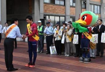 伊原木知事(左)から交通安全大使を委嘱されるファジアーノ岡山の斉藤選手