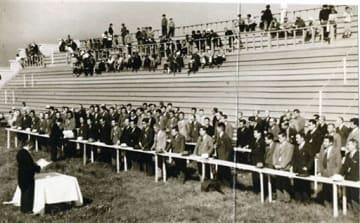 戦後に再開され、大勢の人たちが詰めかけた青森競馬場のスタンド(1949年6月)