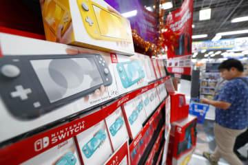 発売された携帯専用の新型ゲーム機「ニンテンドースイッチ ライト」=20日午前、大阪市のヨドバシカメラマルチメディア梅田