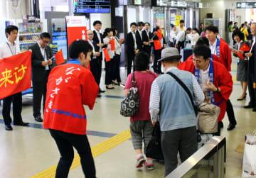 乗客を歓迎する協議会の会員ら=長崎空港(県提供)