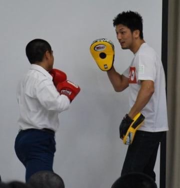 ミット打ちで少年と交流するプロボクシング世界王者の村田選手=19日、八街市