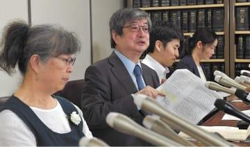 判決後に記者会見する(左から)武藤団長、海渡弁護士=19日午後5時40分ごろ、東京・霞が関の司法記者クラブ