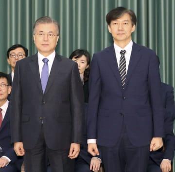 チョ国氏(右)の法相任命式で、並んで記念撮影する韓国の文在寅大統領=9日、ソウル(聯合=共同)