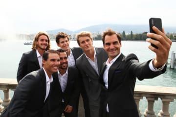 フェデラー(右)とチーム・ヨーロッパの選手たち