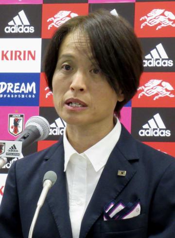 カナダ戦のメンバーを発表するサッカー女子日本代表の高倉監督=20日、東京都文京区