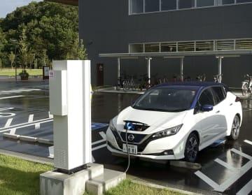カーシェアリングの実証実験で大熊町役場の新庁舎前に設置された電気自動車の充電設備=8月、福島県大熊町