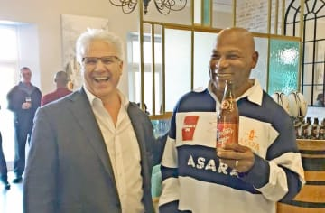 チェスターさんと談笑するピート・ゴッゲンズさん(左)=南アフリカのアサラホテル(コート-コーポレーション提供)