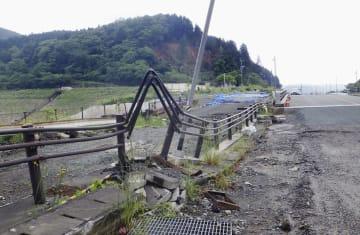 震災遺構として保存する、熊本県西原村の曲がった道路の柵=2016年5月(西原村提供)