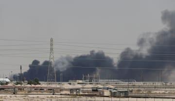 攻撃されて煙を上げるサウジアラビア東部アブカイクの石油施設=14日(ロイター=共同)