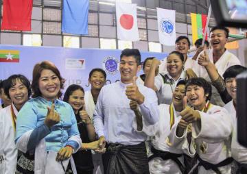 来訪を待ちかねていたミャンマーの柔道選手や関係者に囲まれる井上康生監督(中央)=20日、ヤンゴン(共同)