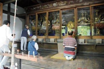 新宮寺六観音で手を合わせる参拝者=錦町