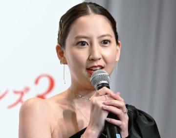 ガールズグループ「C.C.ガールズ3」のデビュー記者発表会に登場した河北麻友子さん